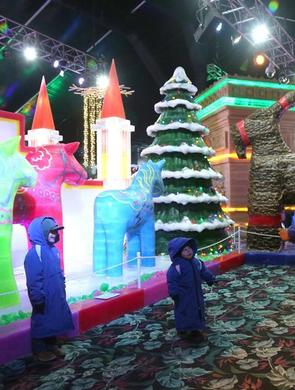 """中国冰雕师在美国打造""""冰雪奇缘"""""""