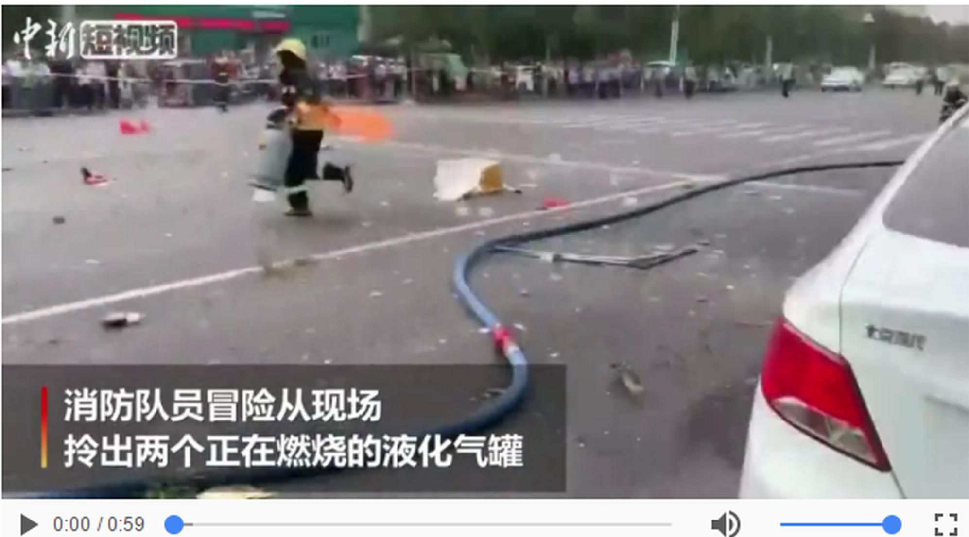 沧州一商铺发生闪爆 消防员拎出两个冒火液化气罐