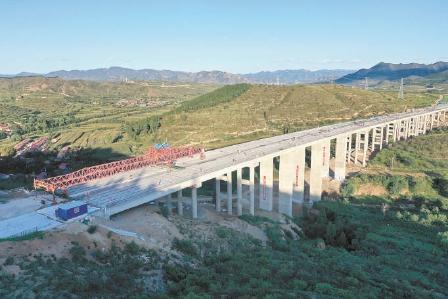 建设中的延崇高速公路赤城支线。  马效东摄