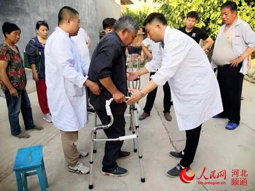 图为工作人员为残疾人适配助行器。图片来源:河北省残联