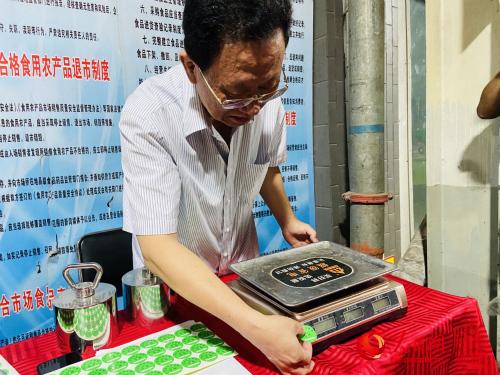 河北省计量监督检测研究院的相关工作人员在给检测合格的数字指示称贴绿色合格标志。 付兆飒摄
