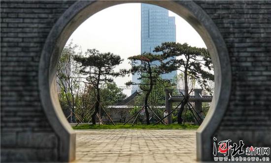 民生路游园的月亮门