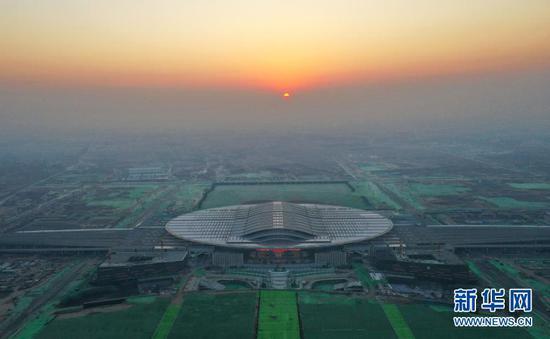 12月27日,开通当日晨光下的京雄城际铁路雄安站(无人机照片)。新华社记者 牟宇 摄