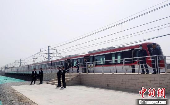 正式下线的绍兴市城市轨道交通1号线电动客车。 徐巧明 摄