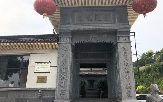 涉嫌组织卖淫行为发生地呈龙农家乐酒店正门。新京报记者 向凯 摄
