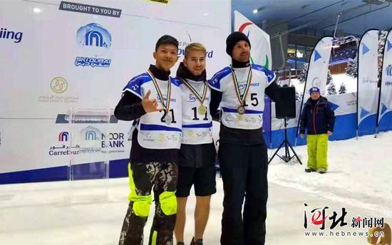 江紫豪(左一)与获得冠军和季军的选手合影。 河北省残联供图