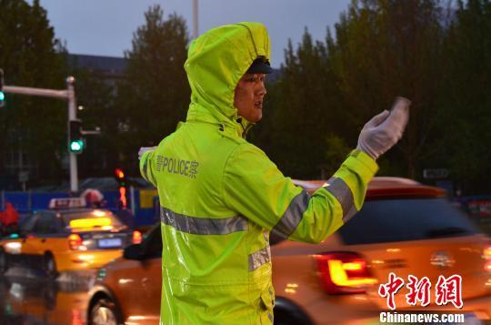 圖為河北警方雨中指揮交通。警方供圖