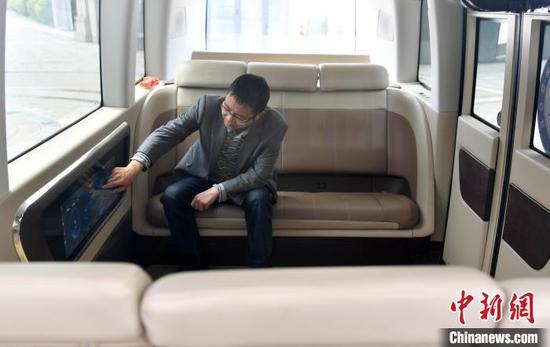 自动驾驶巴士可容纳6至12人,巴士会根据最优的出行方案将乘客送达目的地。 韩冰 摄