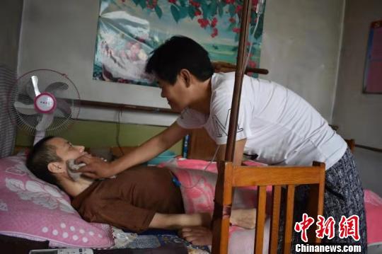18年来,赵雪果每天坚持为丈夫何彦波擦洗身子。 张赫赫 摄