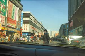 女子正在马路上指挥停车