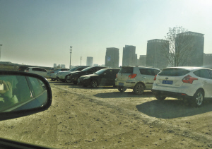 简陋的停车场