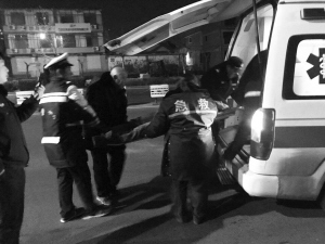 藁城区交警将躺在马路上的男子送上急救车