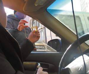 女子正在收10元停车费