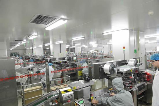 连花包装车间-工人满负荷生产