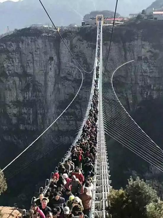 桥梁采用悬索结构,桥面采用航空夹胶玻璃,厚度达4厘米,可供600人同时