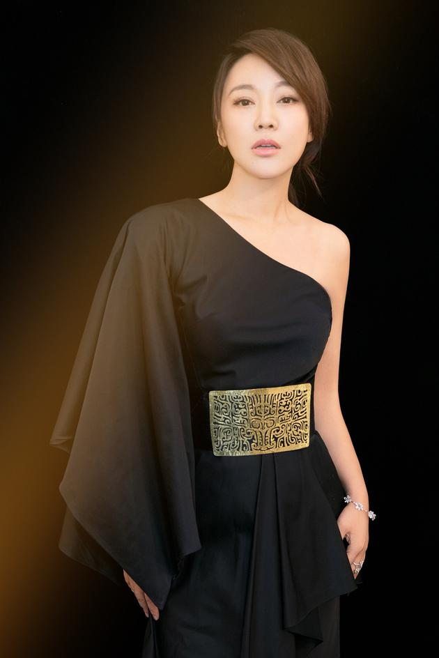 闫妮佩戴妮华莫迪珠宝出席NEW ERA青年电影季新浪潮2017颁奖典礼