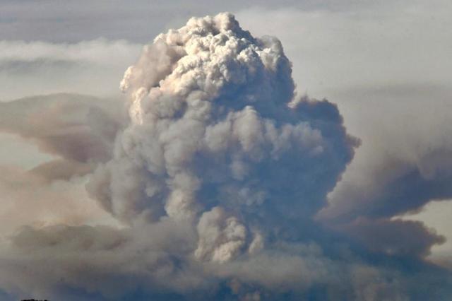 美国加州森林大火持续 托马斯火场浓烟冲天