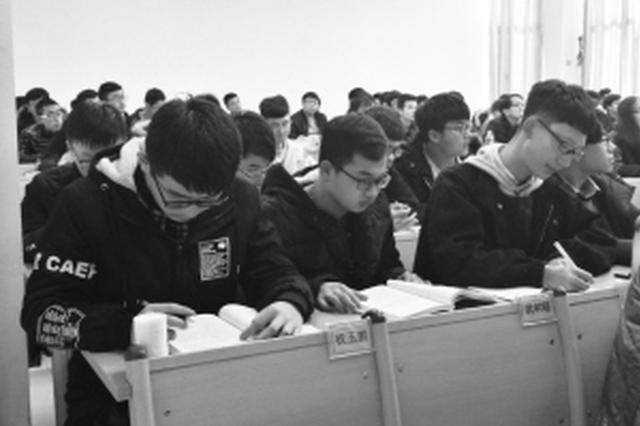 石家庄一大学课堂交手机换桌牌 上课像是开会