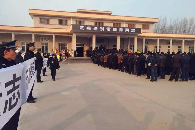 衡水千人追悼牺牲民警常群勇 寒风中送别英雄