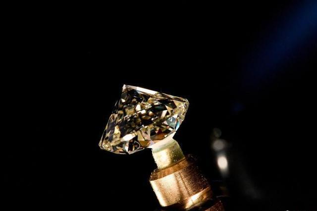 走进俄罗斯钻石切割工厂 看一颗钻石如何成形