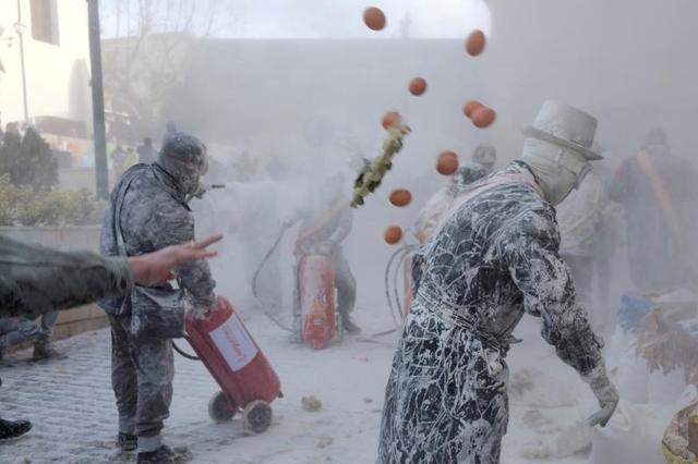 西班牙一年一度面粉大战 鸡蛋也来凑热闹