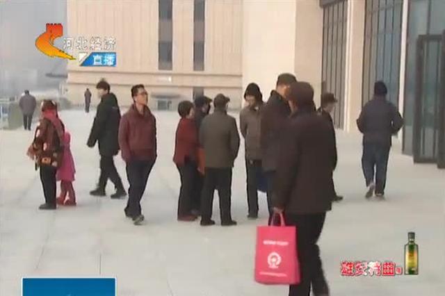 石家庄东站开门纳客 市民热情探站