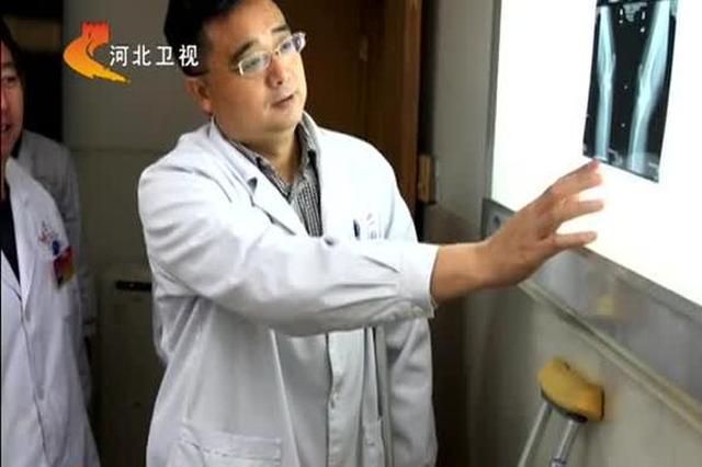 冯志军医者仁心 拄双拐为患者做手术