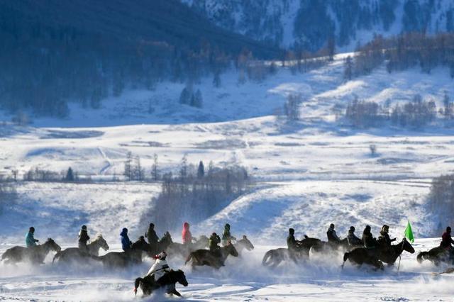 新疆禾木泼雪狂欢迎新年
