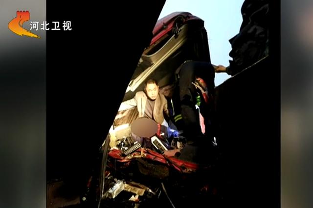黄骅两车相撞 警民联手救援被困司机