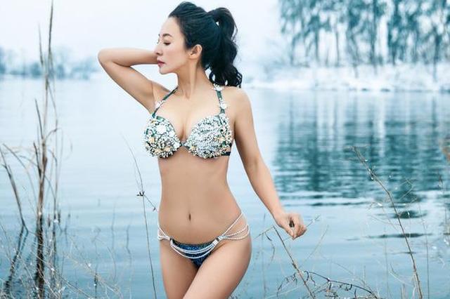 50岁健身女神冬泳 身材火爆似少女