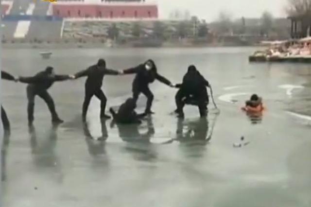 唐山母子3人掉落冰窟 十余人手拉手施救