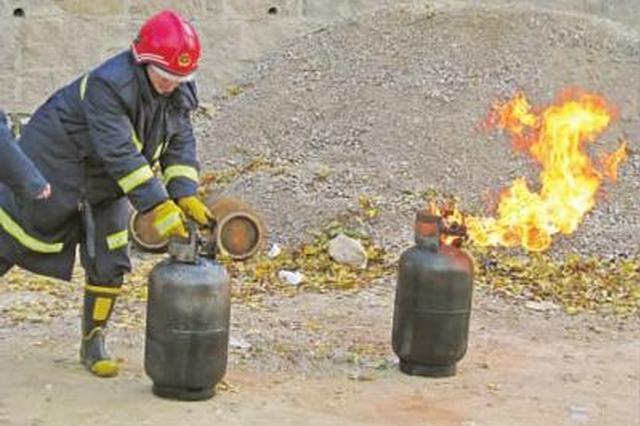 衡水消防队员冒着生命危险 冲进火场抱出液化气罐