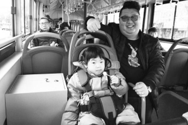 """邯郸公交车现宝宝安全椅 """"夫妻档""""车长自费安装"""