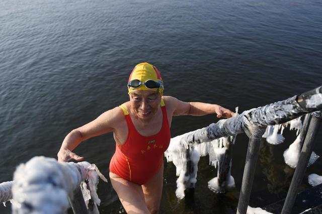 长春84岁老太冰水中冬泳