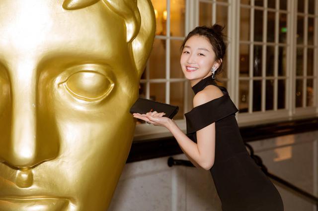 周冬雨亮相英国电影学院奖 穿小黑裙变知性优雅
