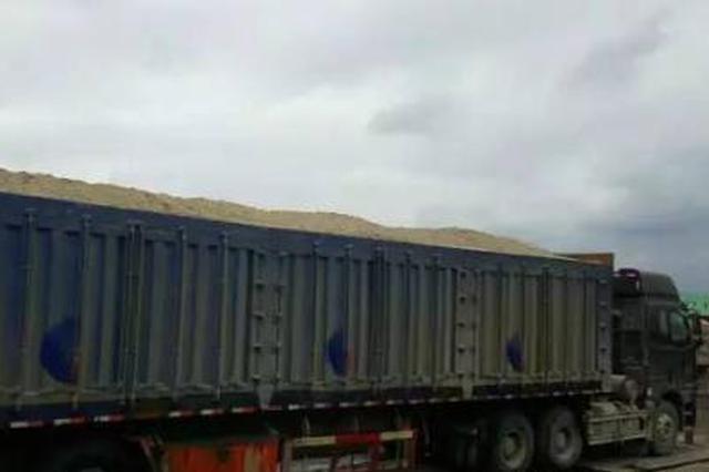 邢台一辆大货车被查获 超载运输砂土近两百吨