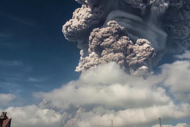 """印尼锡纳朋火山喷发 山顶被""""喷""""掉一大块"""
