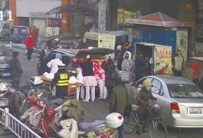 承德孕妇-18℃面包车上产子 交警开辟绿色通道
