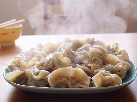 初一早晨吃饺子 河北的外国留学生体验红火中国年