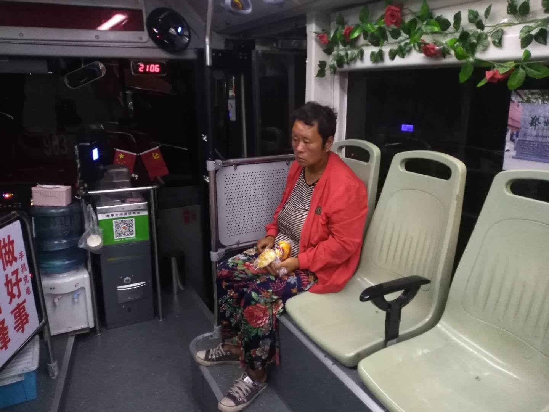 郑州:女子闹市迷路急坏一家人 年近八旬公公来接走