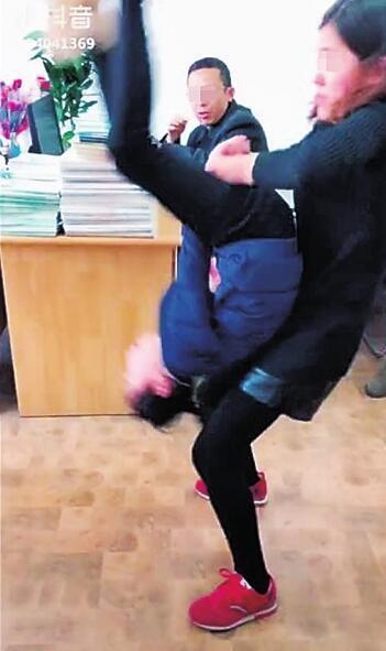 """学""""抖音""""翻跟斗2岁女童摔坏脊髓 专家称这些也危险"""