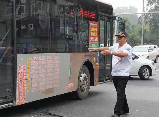 早高峰郑州街头线缆垂落 热心人跑进车流帮忙疏导