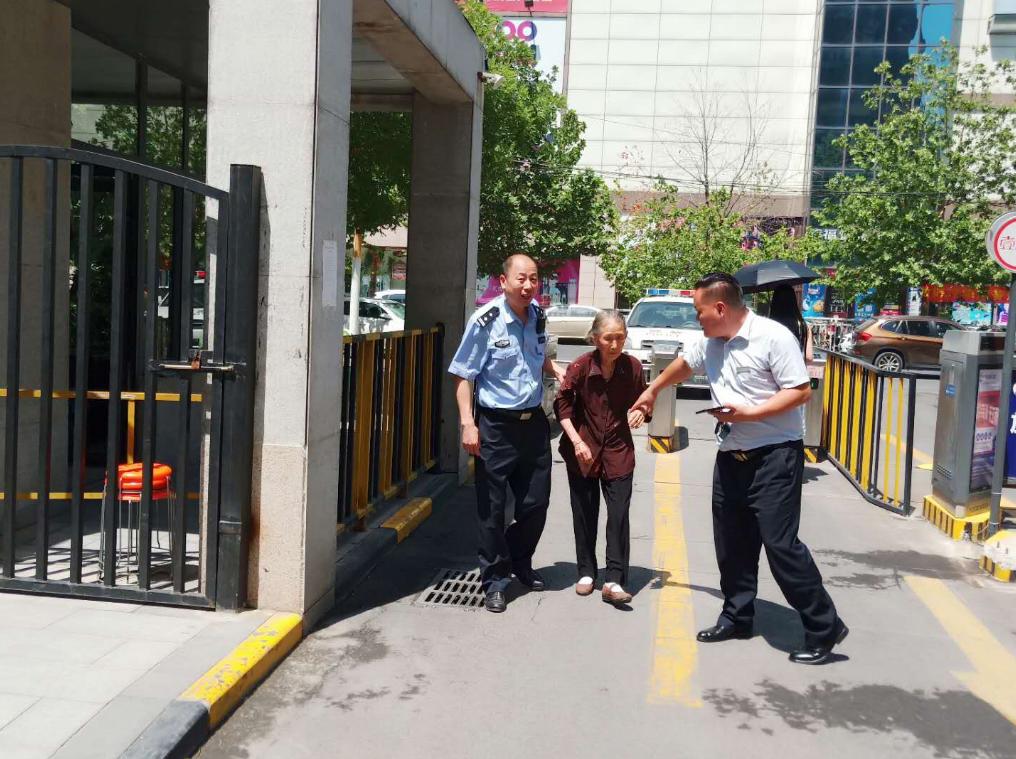 郑州:84岁老太太迷了路 民警冒高温帮老人找家