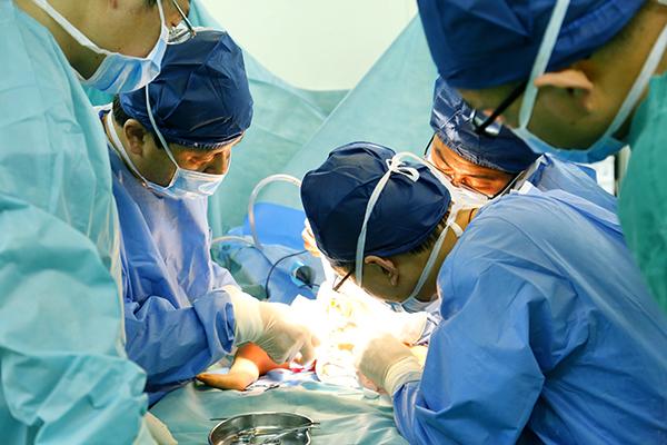 男婴出生时有三条腿两个骨盆 医生:原本是双胞胎