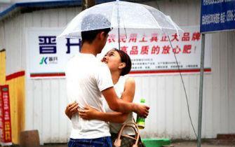 实拍河南情侣大雨中拥抱取暖