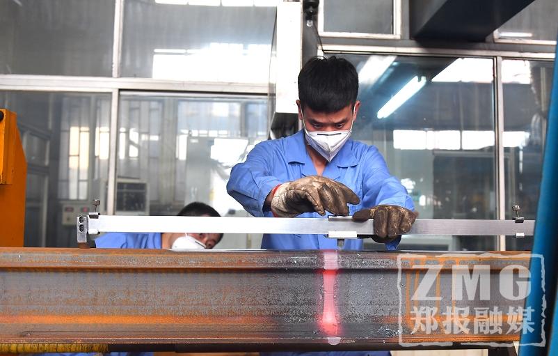 记者探访郑州高铁焊轨基地:误差不超过三根头发丝