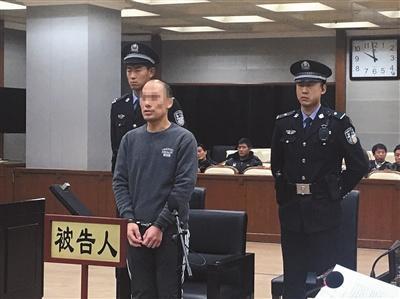"""昨日上午,周建军在受审时,称自己为自保持刀""""乱挥""""。 新京报记者 左燕燕 摄"""
