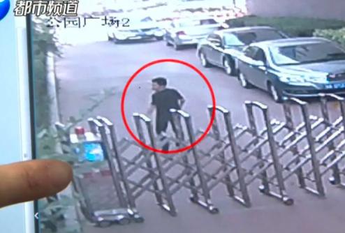 气愤!郑州女子走路时突遭咸猪手袭击 全城搜寻找到他