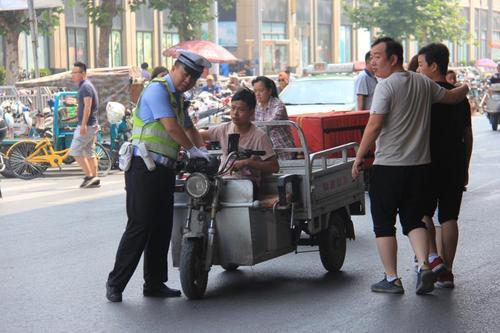 郑州交警治理银基商圈交通乱象 非法营运三轮被查处