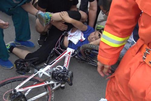 商丘男孩骑自行车不慎摔倒 车把插进大腿根